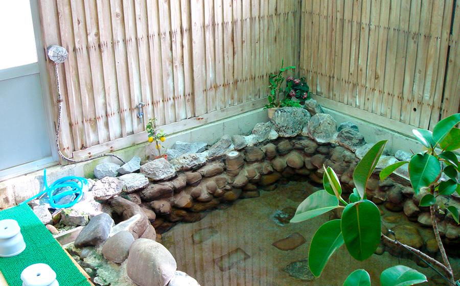 350年余りの歴史を誇る源泉かけ流しの湯をお楽しみください